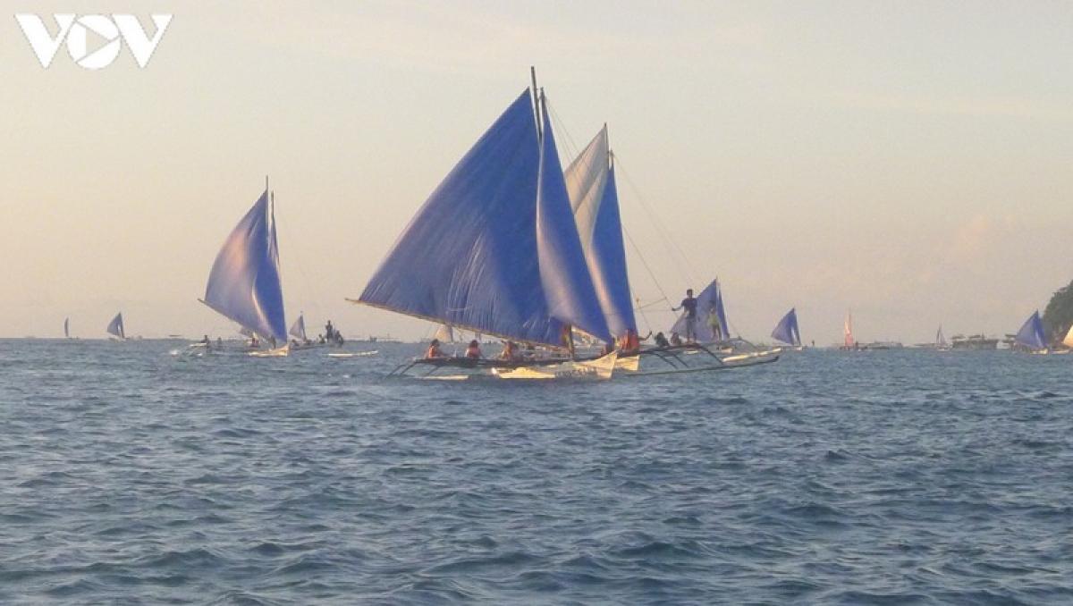 Boracay sẽ có những lớp học dạy cách lướt thuyền buồm dành cho những bạn yêu thích môn thể thao dưới nước này. Những con thuyền với cánh buồm lớn đầy màu sắc và lướt đi giữa biển tạo nên một quang cảnh nhộn nhịp và sinh động.