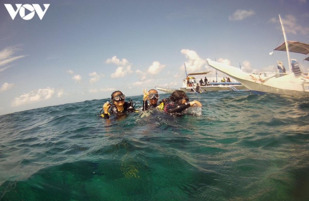 Đến Boracay, nếu du khách không đi lặn biển ngắm san hô thì coi như chưa từng đặt chân đến đảo.