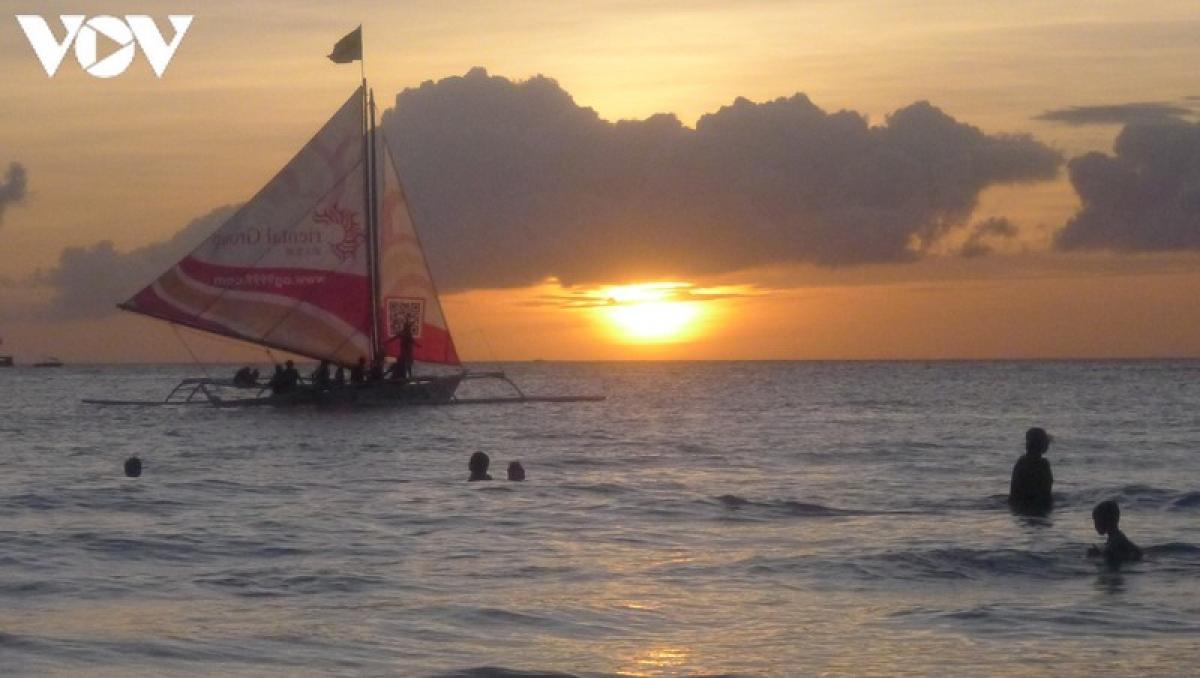 Chiều xuống là lúc Boracay trở nên đẹp nhất. Cảnh hoàng hôn trên biển Boracay làm nức lòng du khách khi đến đây./.