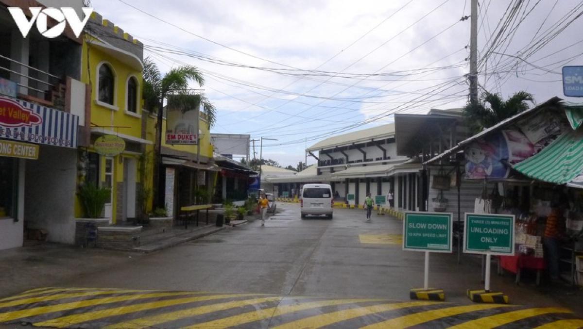Những con đường trên đảo không khang trang sầm uất nhưng sạch sẽ. Du khách sẽ không tìm thấy bất cứ cọng rác nào vương vãi trên đường phố hay bãi biển ở Boracay.