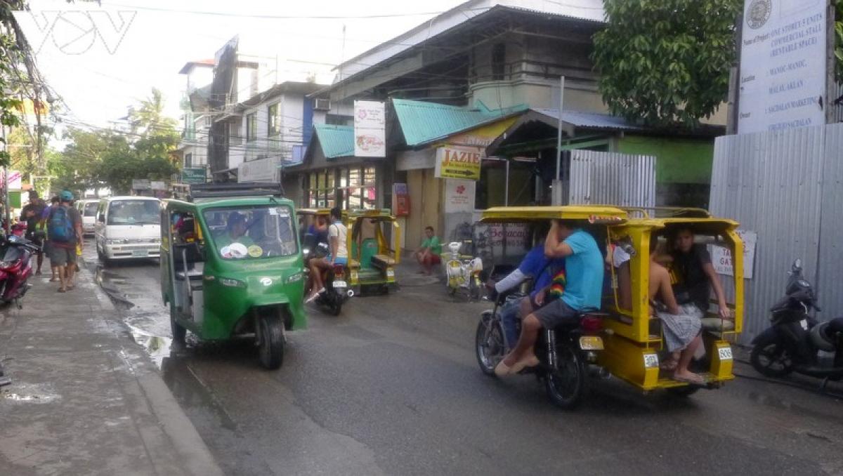 Phương tiện chủ yếu là tricycle, trông giống như tuk tuk ở Thái Lan, nhưng lại màu mè và nhiều kiểu dáng đặc sắc hơn, giá thành cũng không quá đắt.