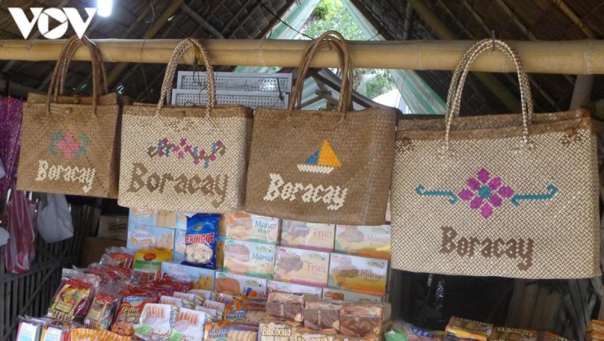 Những món đồ thủ công mang dòng chữ Boracay.