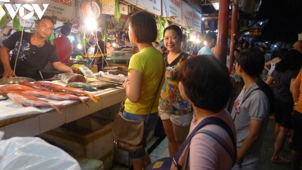 Khi đến Boracay, bạn chắc chắn sẽ không thể bỏ qua hải sản. Bạn có thể trực tiếp vào chợ hải sản D'talipapa, mua đồ và nhờ nhà hàng nấu. Khách du lịch rất thích đi chợ, tự tay chọn và được giao tiếp với người địa phương.