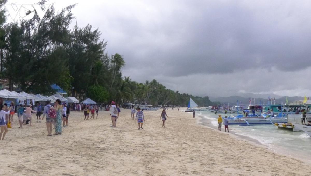 Là một thiên đường nhiệt đới, đảo Boracay không khiến du khách thất vọng về biển xanh, cát trắng, những bãi biển và vùng vịnh nhỏ đầy quyến rũ...