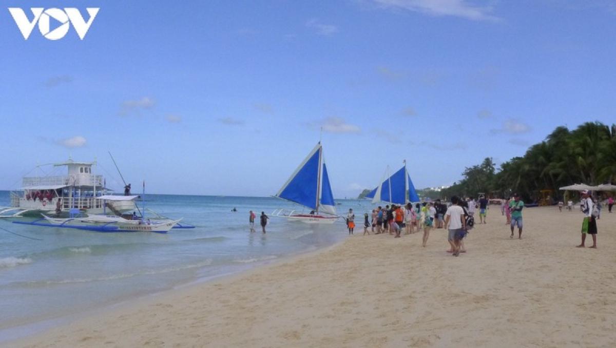 Đảo Boracay có thể khá nhỏ - dài 7 km và rộng chưa đầy 2 km nhưng nó có không dưới 17 bãi biển và vịnh nhỏ đủ hình dạng và kích cỡ. Từ Bãi biển Trắng dài 4 km nổi tiếng đến các bãi biển Ilig Iligan và Tambisaan nhỏ hơn mà chỉ có thể đi được bằng đường biển,