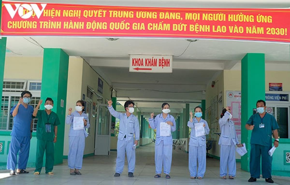 Các bệnh nhân điều trị ở Bệnh viện Phổi ra viện sáng 17/8.