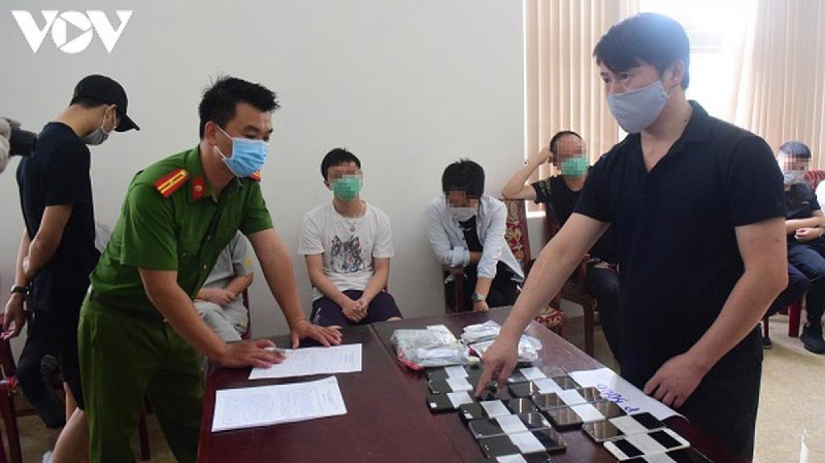 Các đối tượng người Trung Quốc đánh bạc qua mạng tại Cơ quan công an tỉnh Thừa Thiên Huế