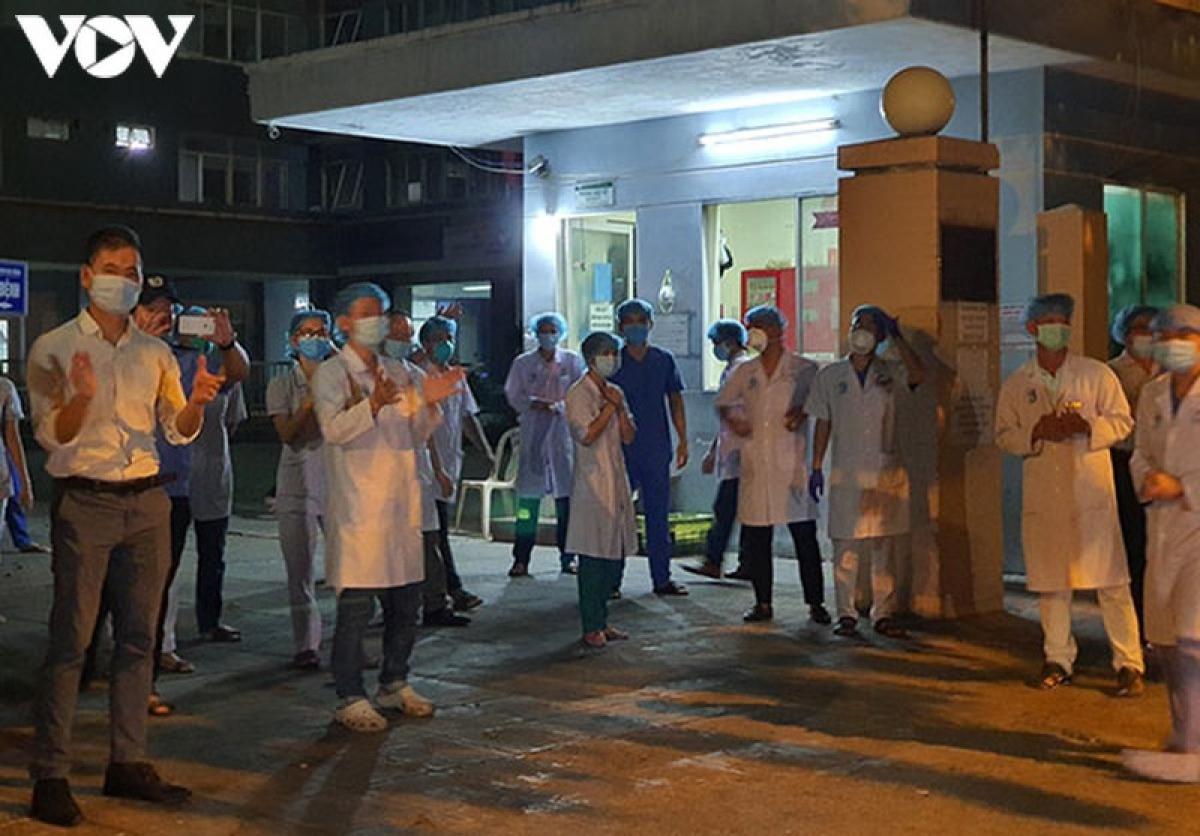Các bác sỹ Bệnh viện chấn thương chỉnh hình Đà Nẵng hát vang khi lệnh phong tỏa được dỡ bỏ.