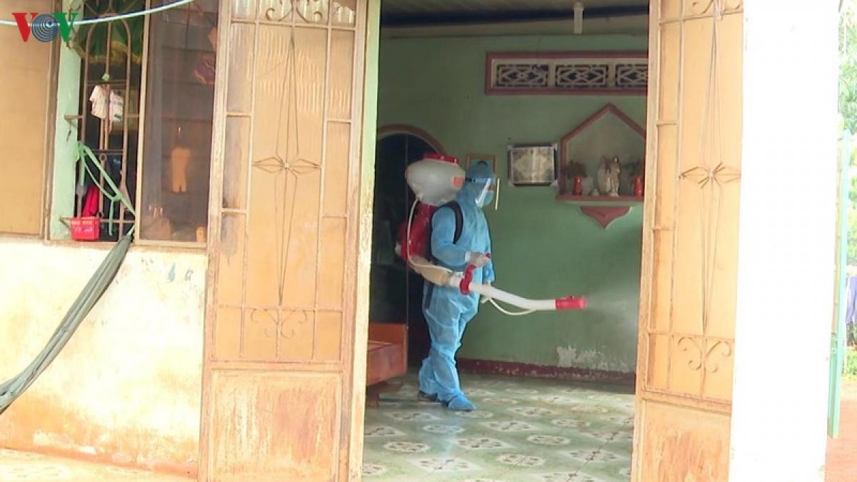 Trung tâm y tế huyện Lộc Ninh phun xịt hóa chất phòng, chống bệnh Bạch Hầu