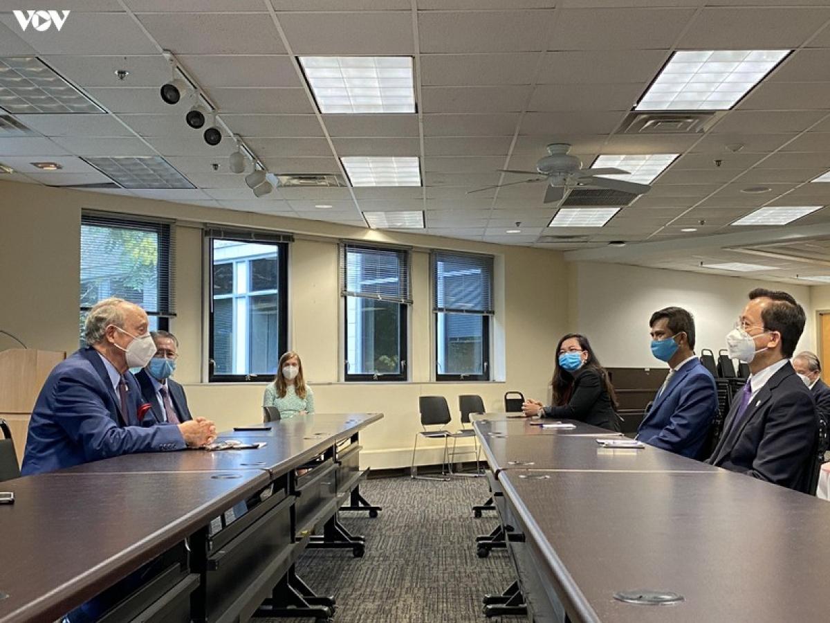 Đại sứ Hà Kim Ngọc làm việc với đại diện chính quyền bang Maryland.
