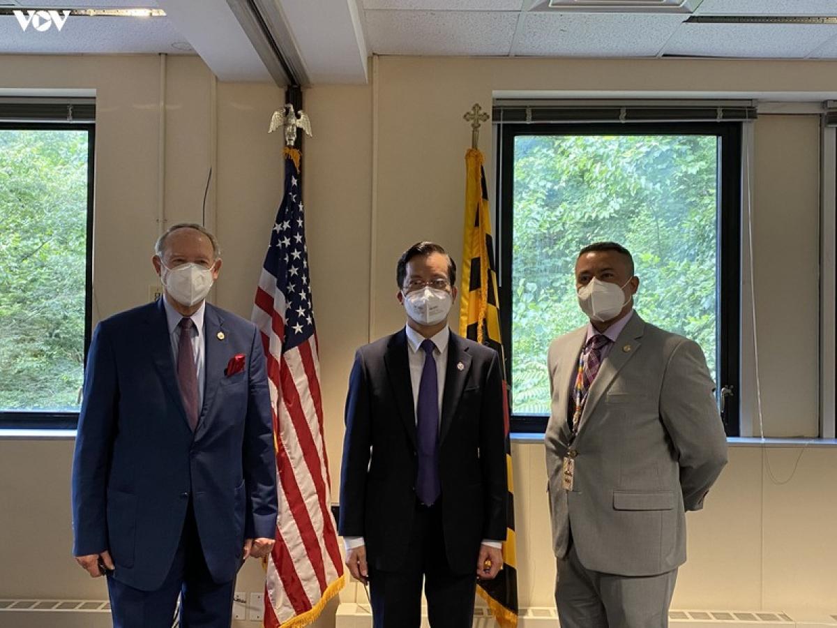 Đại sứ Hà Kim Ngọc chụp ảnh với đại diện chính quyền bang Maryland.