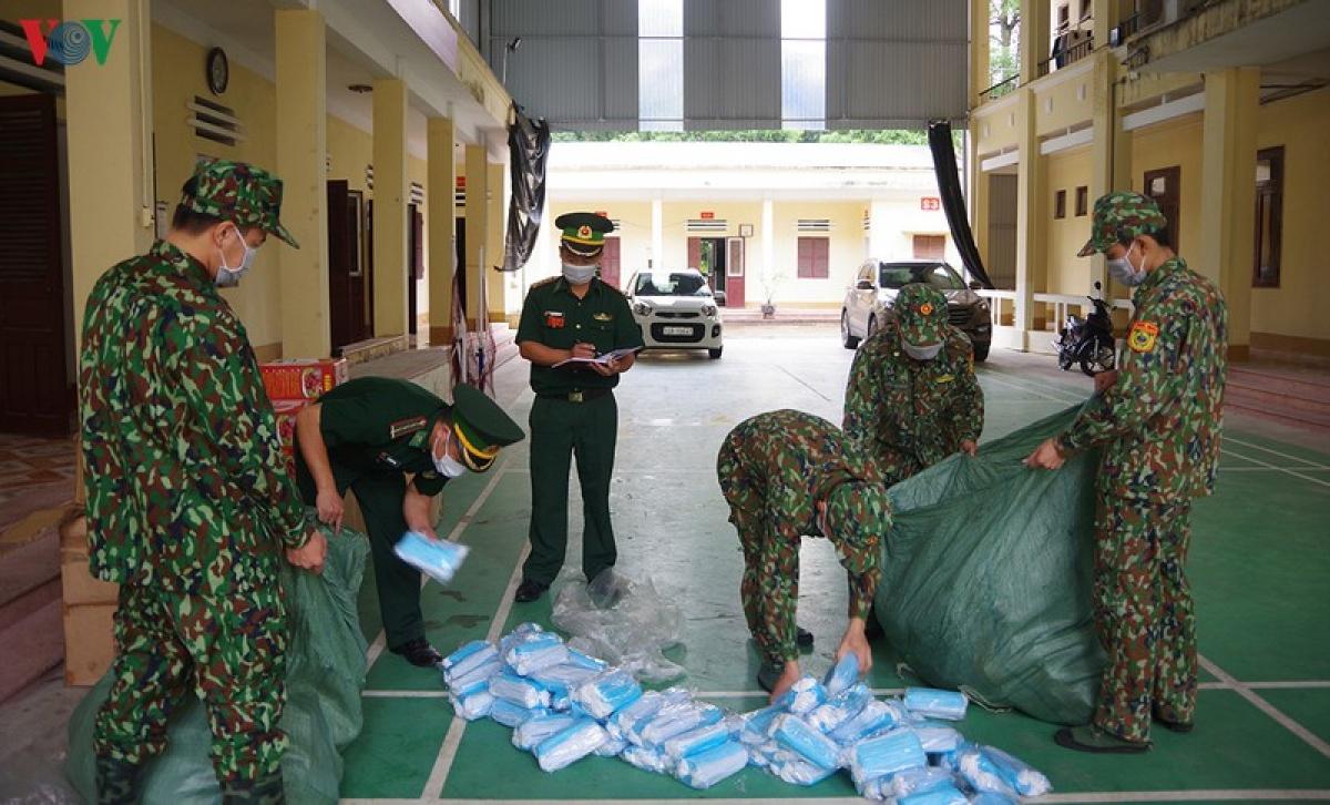 Cán bộ, chiến sĩ Đồn Biên phòng Tân Thanh đang kiểm đếm số tang vật mà đơn vị bắt giữ ngày 2/8/2020.