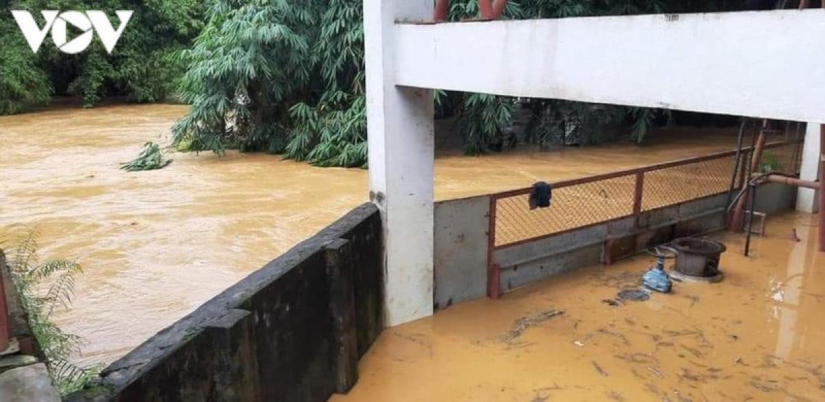 Nước lũ dâng cao ngập nhà dân.