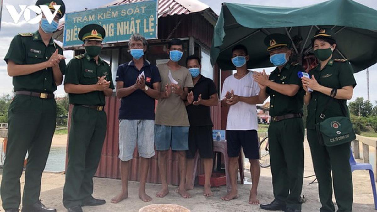 Ngư dân gặp nạn được cứu và đưa vào bờ an toàn.