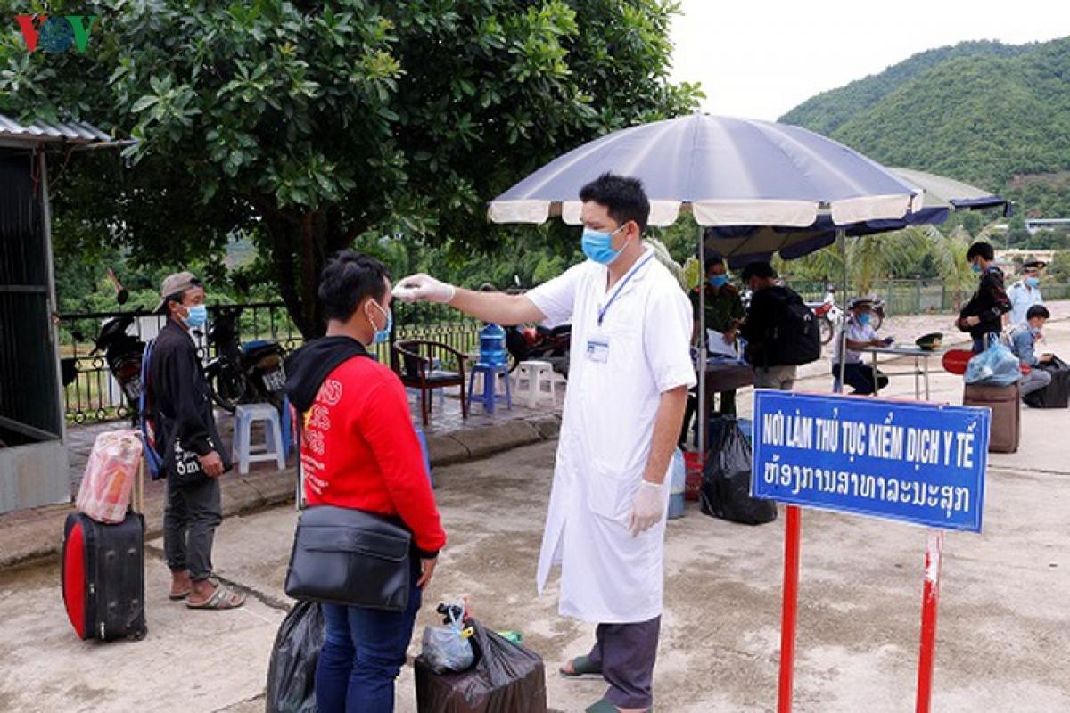 Sơn La xác định phải kiểm soát chặt những người đi từ vùng dịch về địa bàn  (Ảnh: Kiểm tra y tế với sinh viên Lào trở lại Sơn La học tập)