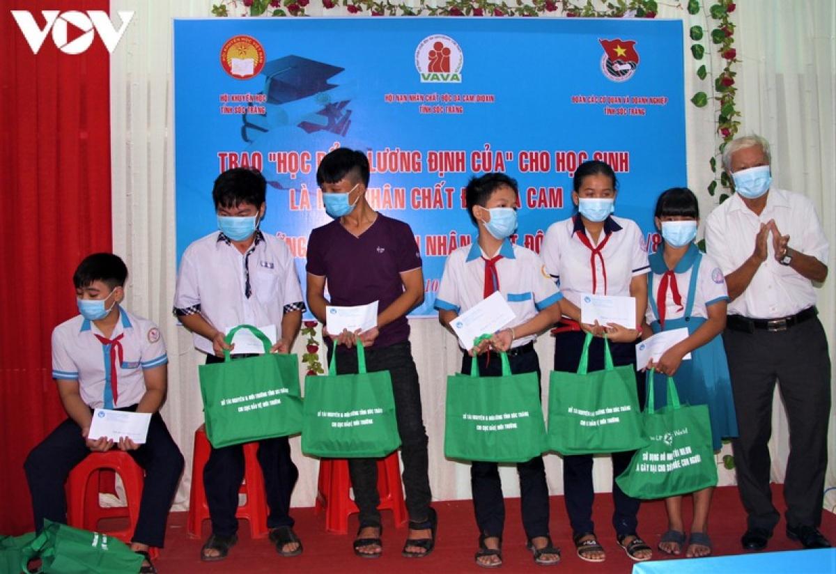 Trao học bổng cho học sinh là nạn nhân chất độc da cam/dioxin.