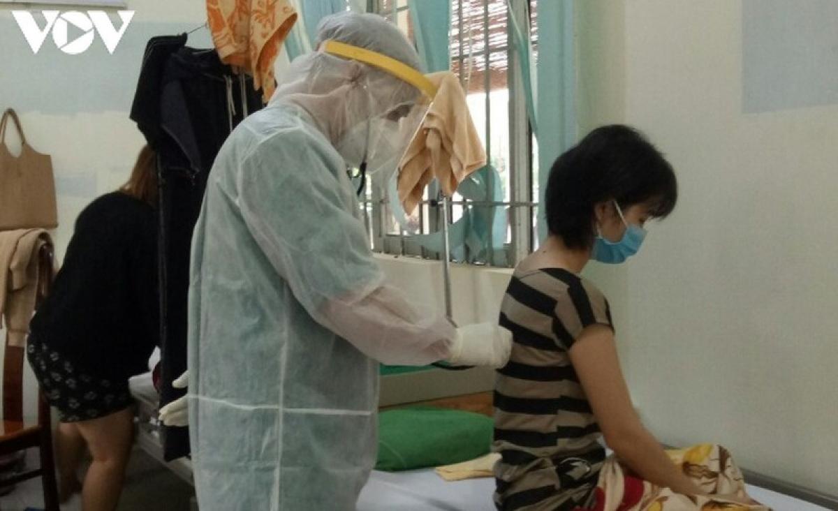 Bác sĩ kiểm tra sức khỏe cho những trường hợp điều trị trong khu cách ly của Bệnh viện lao và bệnh phổi tỉnh Đắk Lắk.