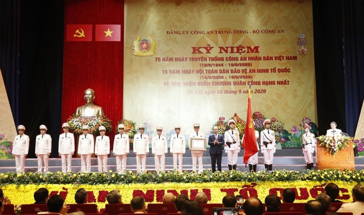 Thủ tướng Nguyễn Xuân Phúc trao tặng Huân chương Quân công hạng Nhất cho Bộ trưởng Tô Lâm và các vị đại biểu trong Đảng ủy Công an Trung ương, lãnh đạo Bộ Công an.