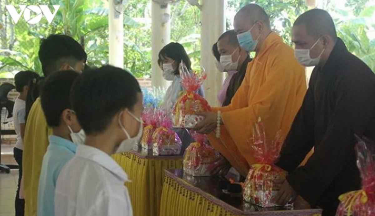 Chùa Từ Lâm, TP Huế tặng học bổng cho học sinh có hoàn cảnh khó khăn.