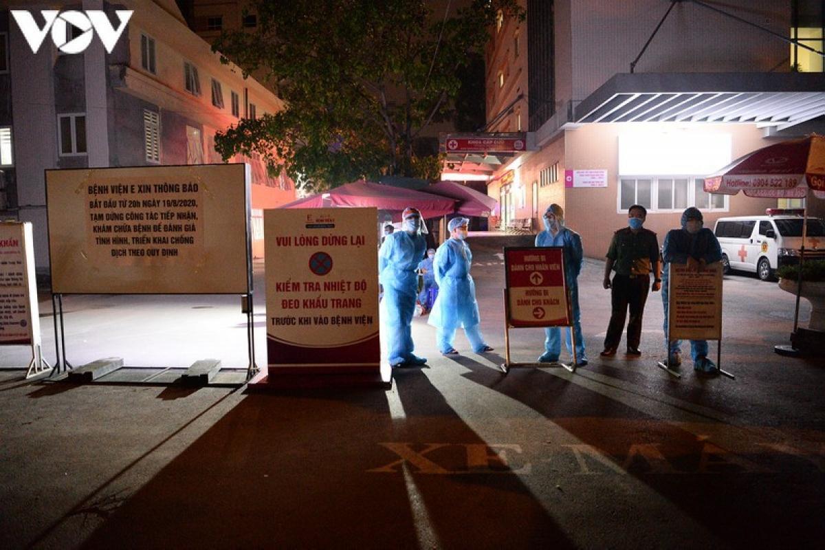 Bệnh viện E phong tỏa trong đêm sau khi phát hiện có bệnh nhân dương tính với Covid-19. (Ảnh: Văn Ngân/VOV.VN)