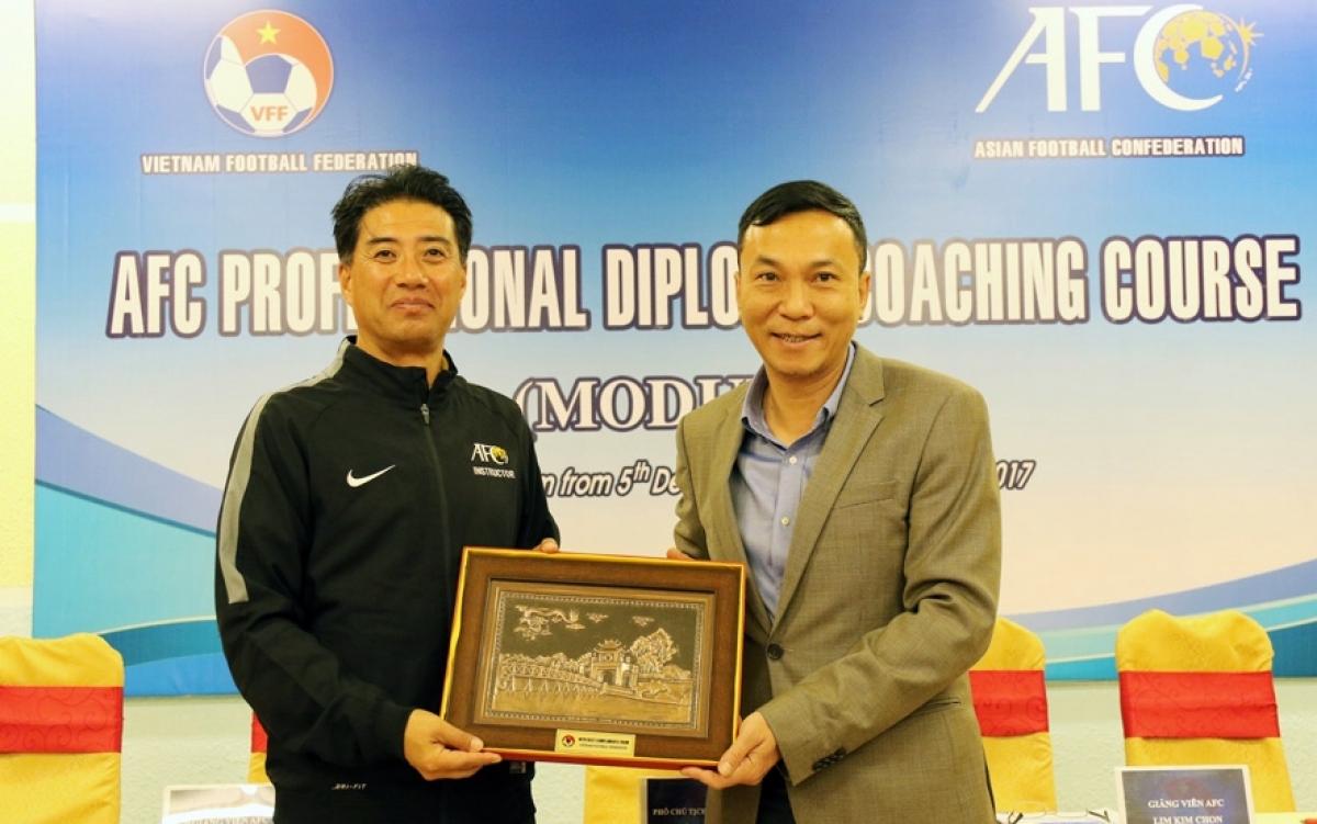 Ông Yusuke Adachi (trái) trở thành Giám đốc kỹ thuật của VFF từ tháng 7/2020 (Ảnh: VFF).