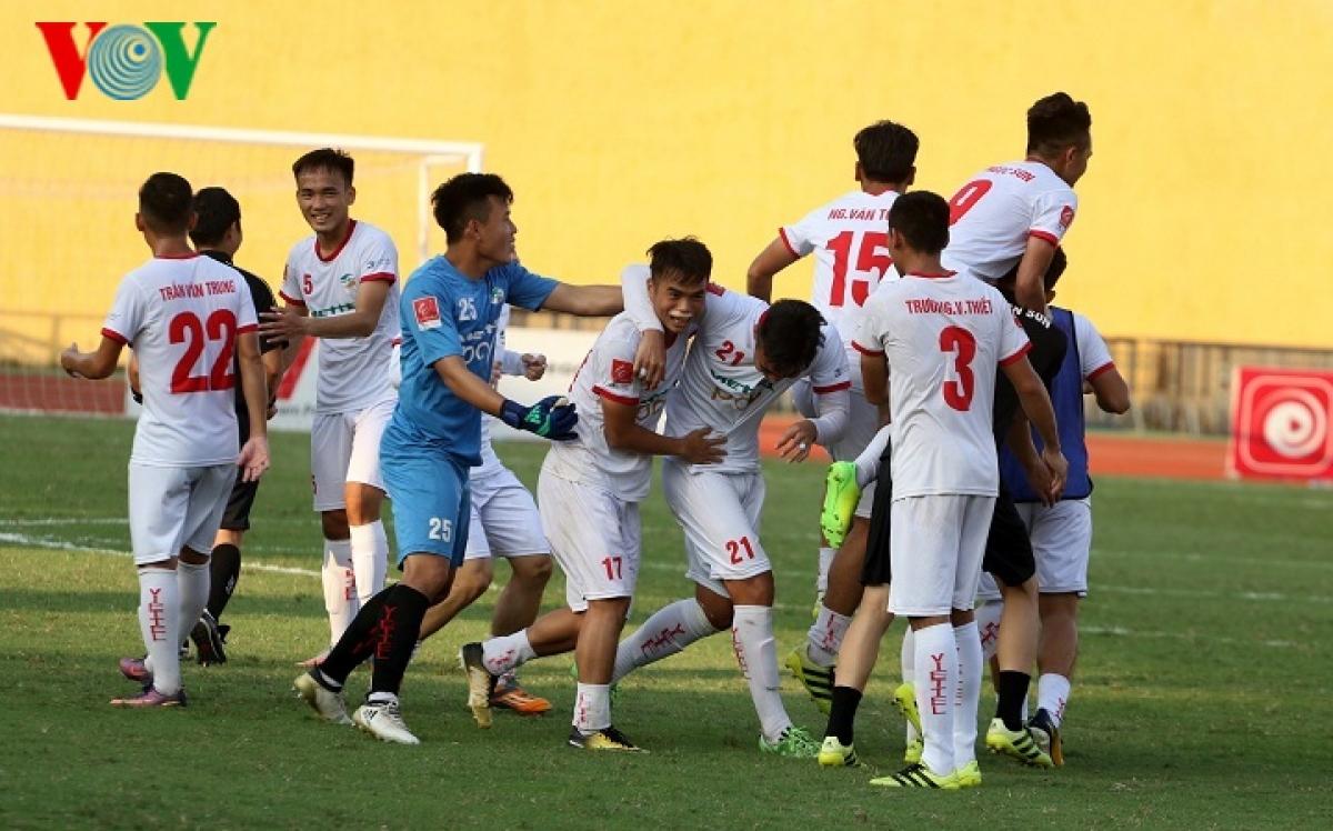 Các cầu thủ Viettel ăn mừng tấm vé lên hạng V-League 2019. (Ảnh: Trần Tiến).