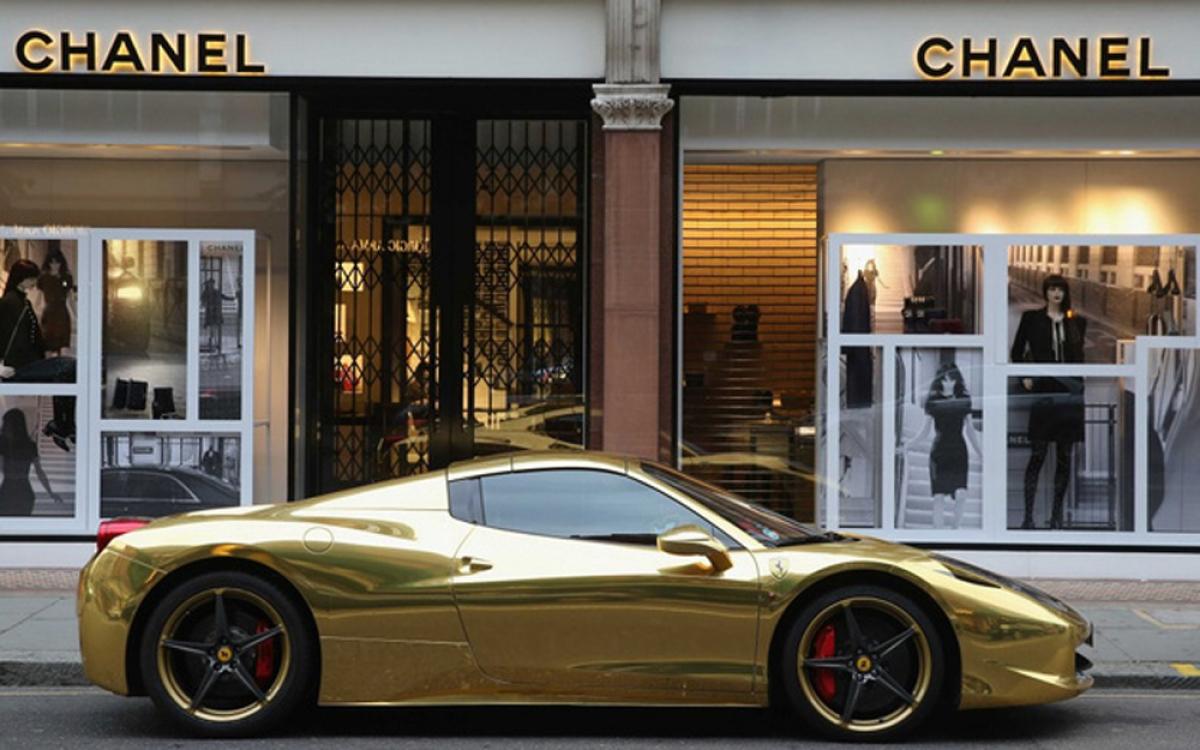 Giới siêu giàu vẫn đặc biệt yêu thích những chiếc xe hơi. Knight Frank ước tính số tiền chi cho ô tô đã tăng tới 490% trong vòng 10 năm qua. Siêu xe (những chiếc có giá hơn 1 triệu USD) là loại được ưa chuộng, nhưng báo cáo này cũng cho biết 8 trong số 25 chiếc được bán tại các cuộc đấu giá trong năm 2015 có mức giá trên 10 triệu USD. (Ảnh: BI)