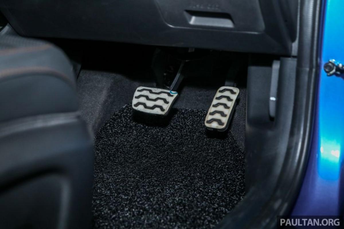 Về mặt an toàn, cả hai chiếc xe đều có 6 túi khí tiêu chuẩn, dây đai an toàn ghế trẻ em Isofix, ABS với EBD, hệ thống ổn định thân xe, kiểm soát ổn định điện tử, hệ thống kiểm soát lực kéo và hỗ trợ khởi hành ngang dốc. Ngoài ra, còn có hệ thống kiểm soát hành trình thụ động và camera lùi, nhưng phanh khẩn cấp tự động lại không nằm trong danh sách phụ kiện. Mặc dù vậy, GT-Line vẫn sở hữu cảm biến đỗ xe trước và màn hình head-up.