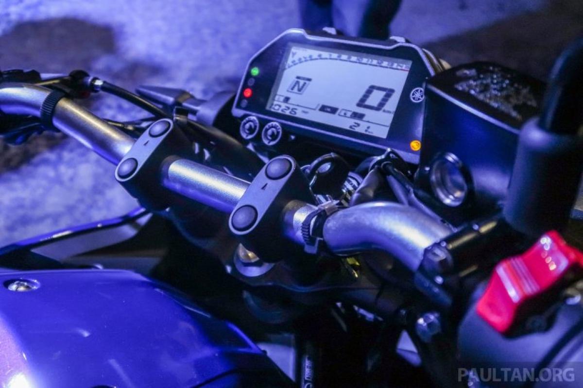Với trọng lượng 165 kg, chiếc MT-25 có 2 lựa chọn màu sắc bao gồm Ice Fluo và Yamaha Blu và những khách hàng mua chiếc xe thể thao naked của Yamaha sẽ nhận được một móc chìa khóa cụ thể của Royal Selangor.