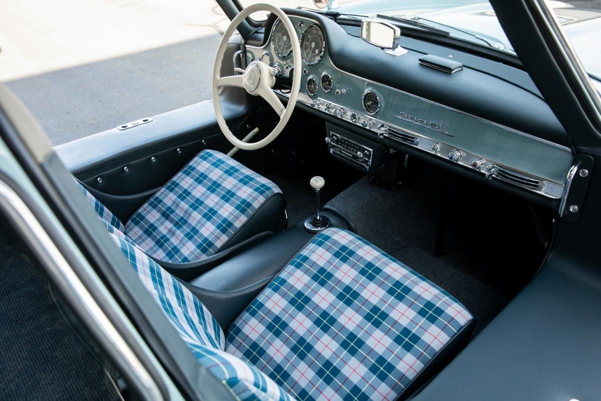 Ngoài ra còn có da xanh trên trên nẹp, tựa lưng, tấm cửa, ngưỡng cửa. Chiếc xe đã chạy khoảng 91.000 km và được trang bị động cơ khớp số và hệ thống dẫn động./.