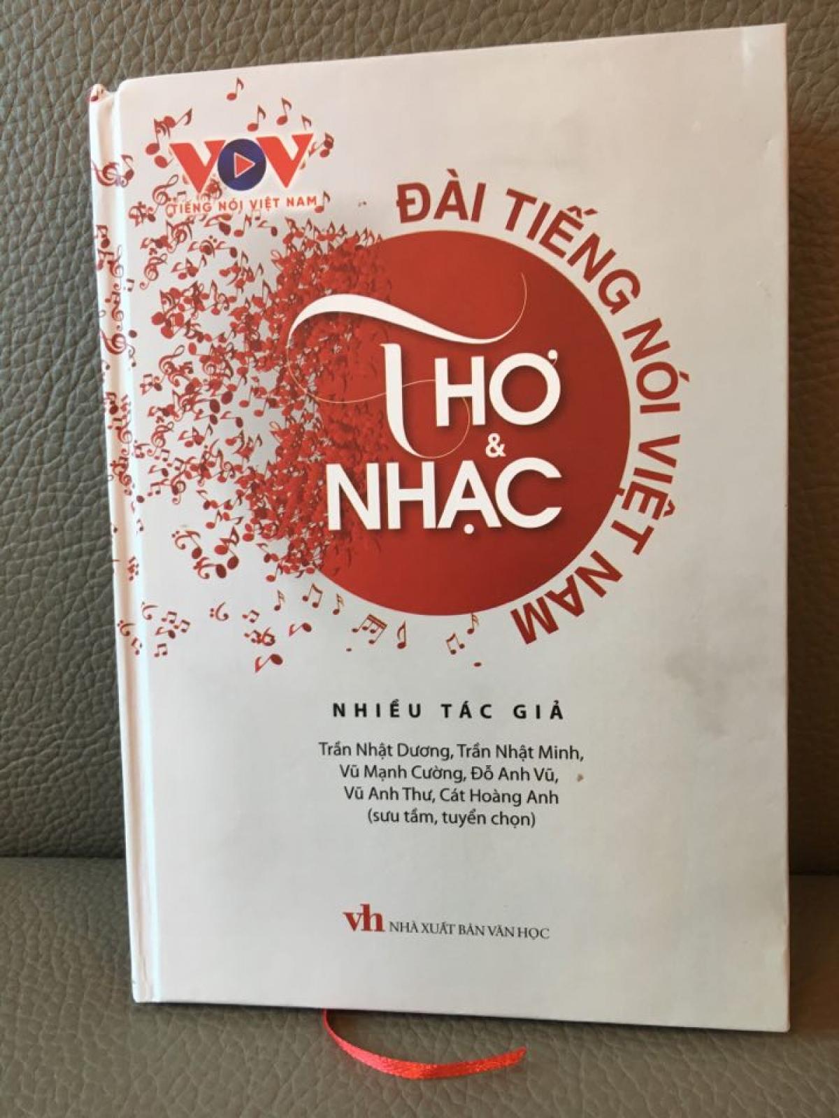 """Cuốn sách""""Đài Tiếng nói Việt Nam – Thơ và Nhạc""""."""