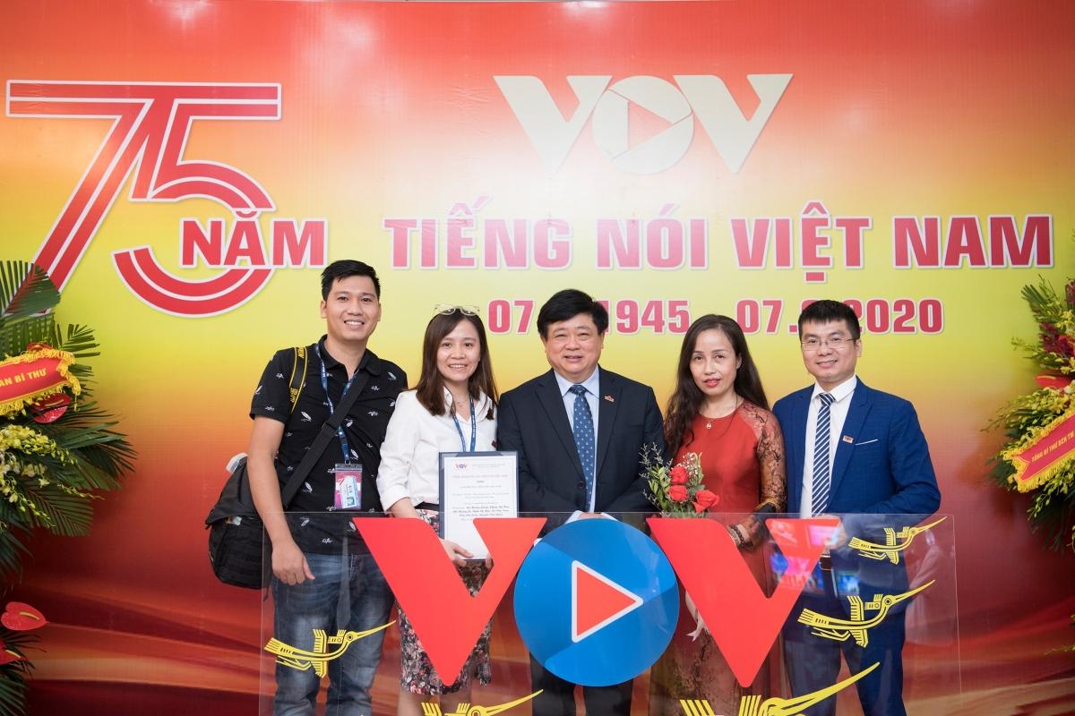 """Các tác giả trong nhóm tác giả của Báo Điện tử VOV.VN đạt Giải A Giải thưởng TNVN với tác phẩm: """"Vũ khí"""" chiến thắng Covid-19 của Việt Nam: Đoàn kết, nhân ái và tận tâm."""