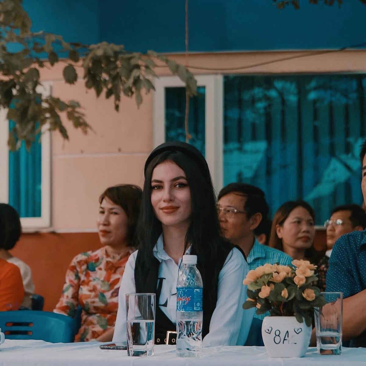 """Mới đây, hình ảnh cô giáo Tây xinh đẹp trong ngày khai giảng tại trường THCS - THPT Hà Thành (Hà Nội) đã gây """"sốt"""" mạng xã hội."""