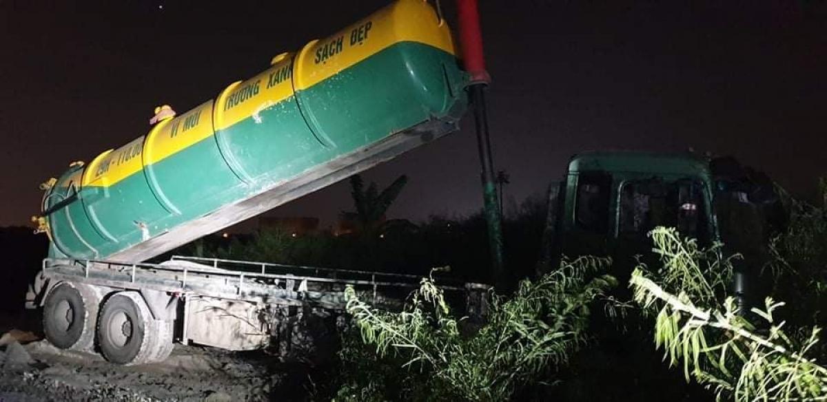 Xe đổ trộm chất thải là loại cỡ lớn của công ty môi trường đã ngang nhiên xả trộm ngay tại Đại lộ Thăng Long.
