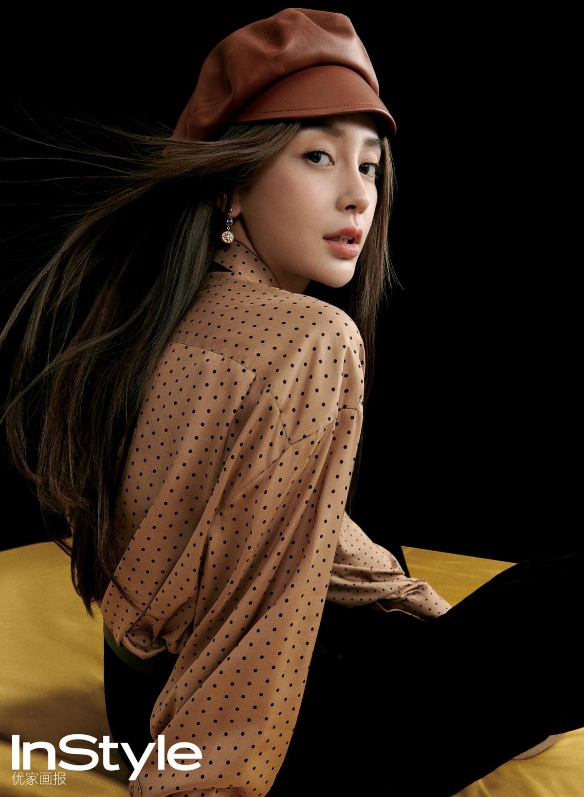 Đụng áo với Jisoo (BLACKPINK), bà mẹ một con không hề bị lấn át bởi khả năng phối đồ sáng tạo. Cô diện áo blouse hoạ tiết chấm bi với quần đen ống rộng, nhấn nhá cùng phụ kiện mũ beret.