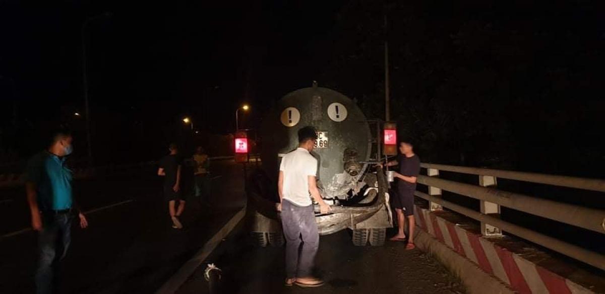 Lực lượng chức năng phát hiện xe bồn xả thải trộm ngay trong đêm.
