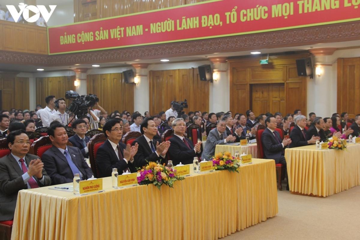 Thường trực Ban Bí thư Trần Quốc Vượng và các đại biểu dự Đại hội.