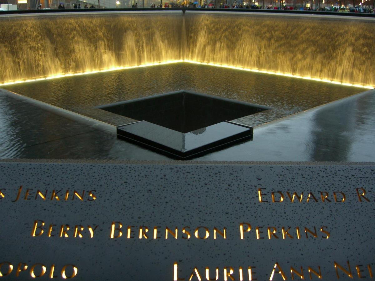 """Vào buổi tối, hệ thống đèn đặc biệt được thắp sáng tạo không khí thiêng liêng và trầm mặc. Trong ảnh là tên của nữ diễn viên, người mẫu và nhiếp ảnh gia nổi tiếng người Mỹ - Berinthia """"Berry"""" Berenson-Perkins, nạn nhân trên chuyến bay AA11 đâm vào tháp Bắc buổi sáng ngày 11/9. Ảnh: Luigi Novi"""