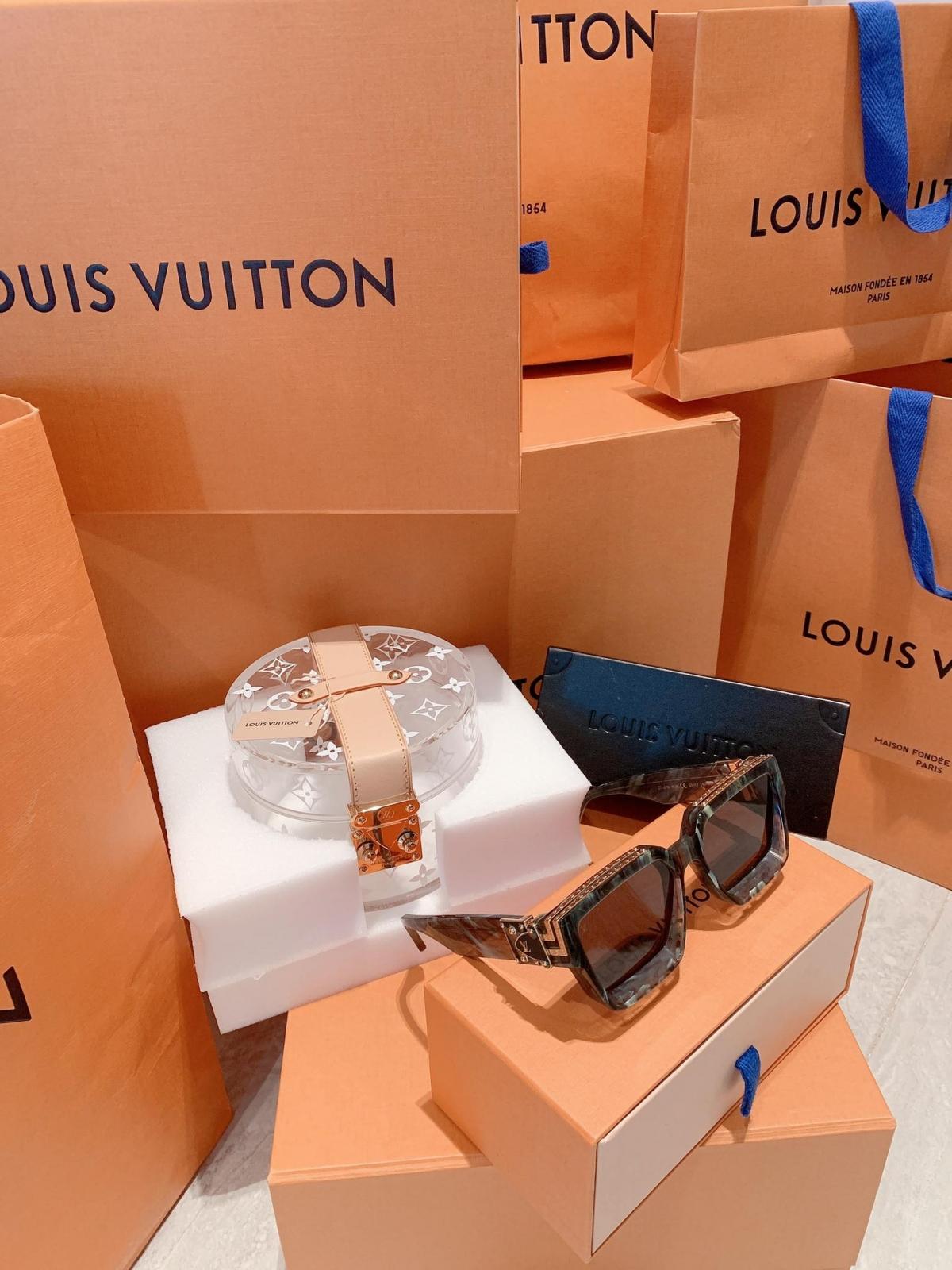 Midu còn sở hữu nhiều món đồ hiệu đắt giá đến từ những thương hiệu thời trang cao cấp nhất như Dior, Louis Vuitton, Chanel…