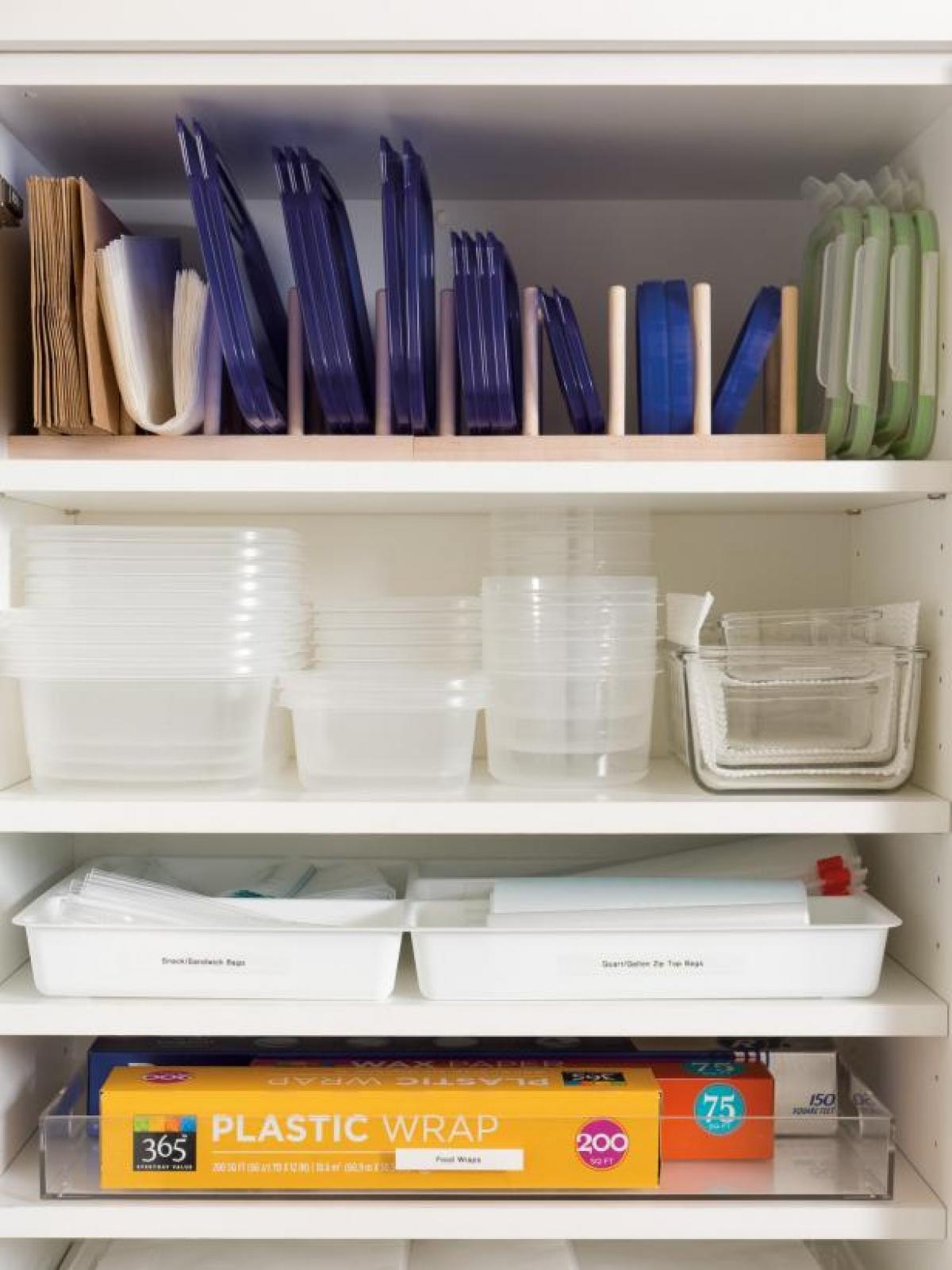Dừng sử dụng đồ đựng bằng nhựa: Bạn hãy bỏ hết những vật dụng đựng đồ không còn sử dụng được (trầy xước, vỡ nứt, không đậy kín…) và dành thời gian thay thế những hộp nhựa đựng thức ăn bằng chất liệu khác như thủy tinh hay gốm sứ. Sau đó, để căn bếp thêm ngăn nắp, bạn nên sắp xếp những hộp đựng đó sao cho hợp lý, ví dụ như theo trình tự kích thước tăng dần để dễ quan sát và tìm kiếm.