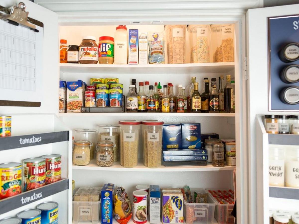 Dọn nơi chứa thức ăn: Hãy dành ra 30 phút nhìn qua nơi lưu trữ thực phẩm của bạn. Hãy loại bỏ ngay những đồ dùng đã hết hạn, những đồ ăn đóng hộp bạn không bao giờ dùng. Nếu bạn không còn đủ chỗ trống, một chiếc bàn xoay nhỏ để gia vị hoặc những túi đựng đồ treo cửa có thể sẽ giúp bạn.