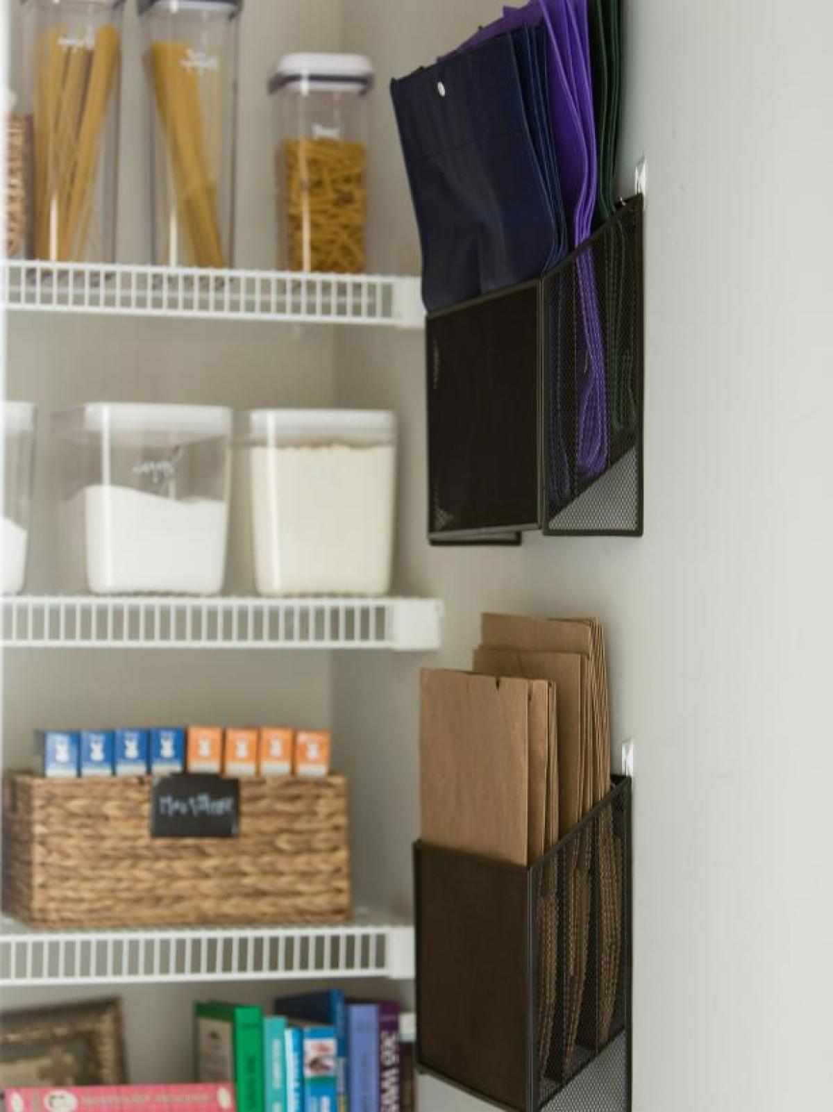 Tái chế: Sử dụng những móc treo tường có thể tháo dời để treo những túi giấy tái sử dụng, vừa bảo vệ môi trường vừa gọn gàng, ngắn nắp!