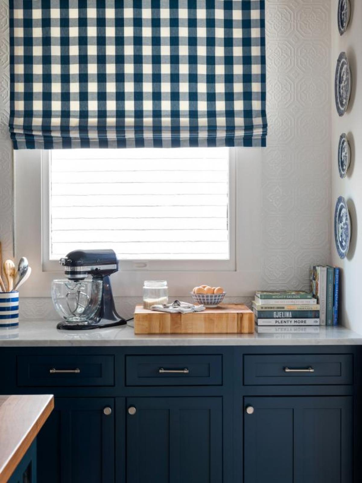 Sắp xếp theo chức năng: Phân loại không gian cho đồ dự trữ, đồ lau dọn và đồ nấu ăn. Nếu máy trộn của bạn đẹp và phù hợp với nội thất, bạn có thể để nó trên bàn và gắn bát tô dùng để trộn ở ngay dưới máy, nếu không, bạn cũng có thể cất nó cùng với những dụng cụ làm bánh khác.