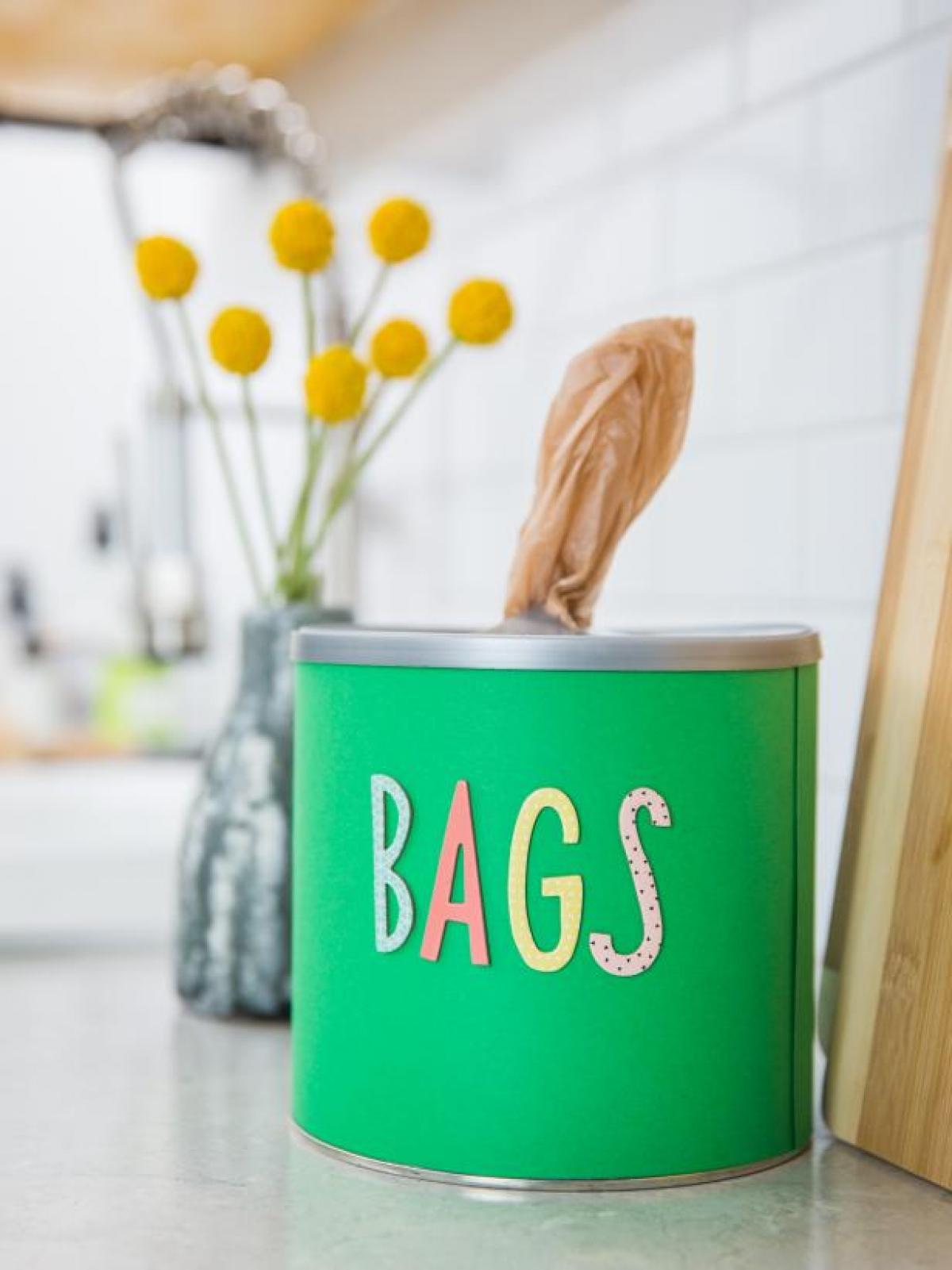 Cất gọn túi nhựa:Hãy tìm một chiếc hộp để đựng những túi nhựa bạn sẽ sử dụng, hoặc bạn có thể tự tay làm chúng với những vật liệu vô cùng đơn giản. Sử dụng một chiếc hộp sắt hoặc bất cứ hộp đựng nào bạn có, sau đó dùng dao tạo một lỗ nhỏ ở phía trên cùng của hộp. Vậy là xong, bạn chỉ việc vo túi nhựa lại thành một vòng tròn (như túi ngủ di động) và cho vào hộp để sử dụng. Vừa gọn gàng vừa tiện lợi đúng không nào?