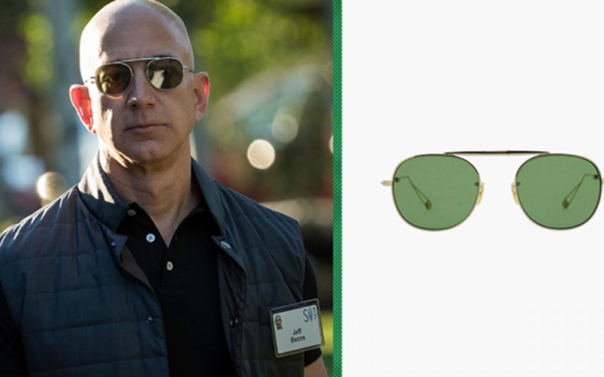 Trong các bức ảnh chụp CEO Amazon Jeff Bezos đeo kính mát, ông trông giống một phi công hơn tỷ phú công nghệ. Đó cũng chính là tên gọi style kính mà người giàu nhất thế giới ưa chuộng. Kính aviator (còn gọi là kính phi công, kính chuồn chuồn...) được đánh giá là không bao giờ lỗi mốt; chiếc mà chủ nhân Amazon đeo trong bức ảnh nổi tiếng mang nhãn hiệu Garrett Leight Van Buren, loại có thể gập đôi và trị giá 365 USD (tương đương 8,5 triệu đồng). (Ảnh: CNBC)