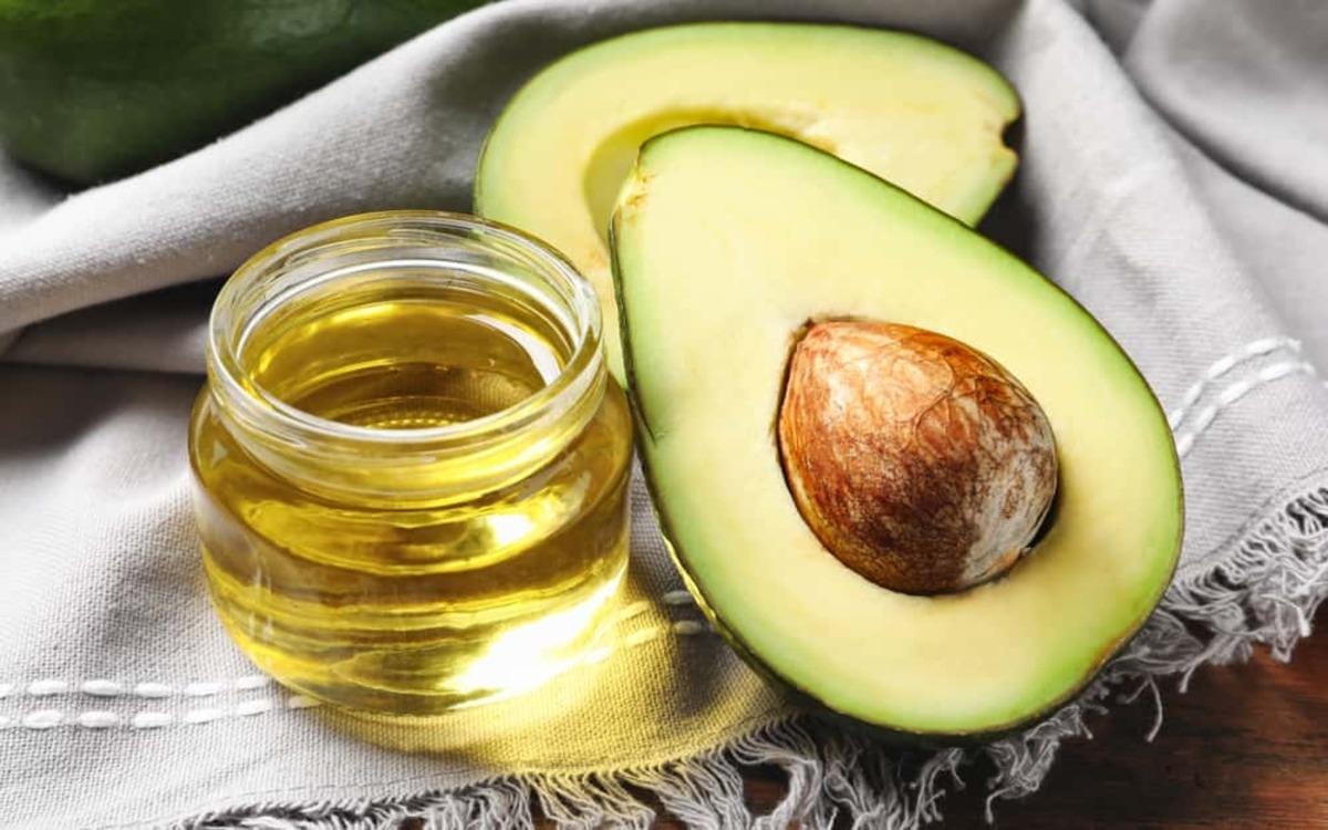 Dầu quả bơ: Bơ là thực phẩm giàu chất chống oxy hóa, axit béo, biotin cùng vitamin A, B, E giúp tóc chắc khỏe và ngăn ngừa vấn đề rụng tóc ở trẻ.