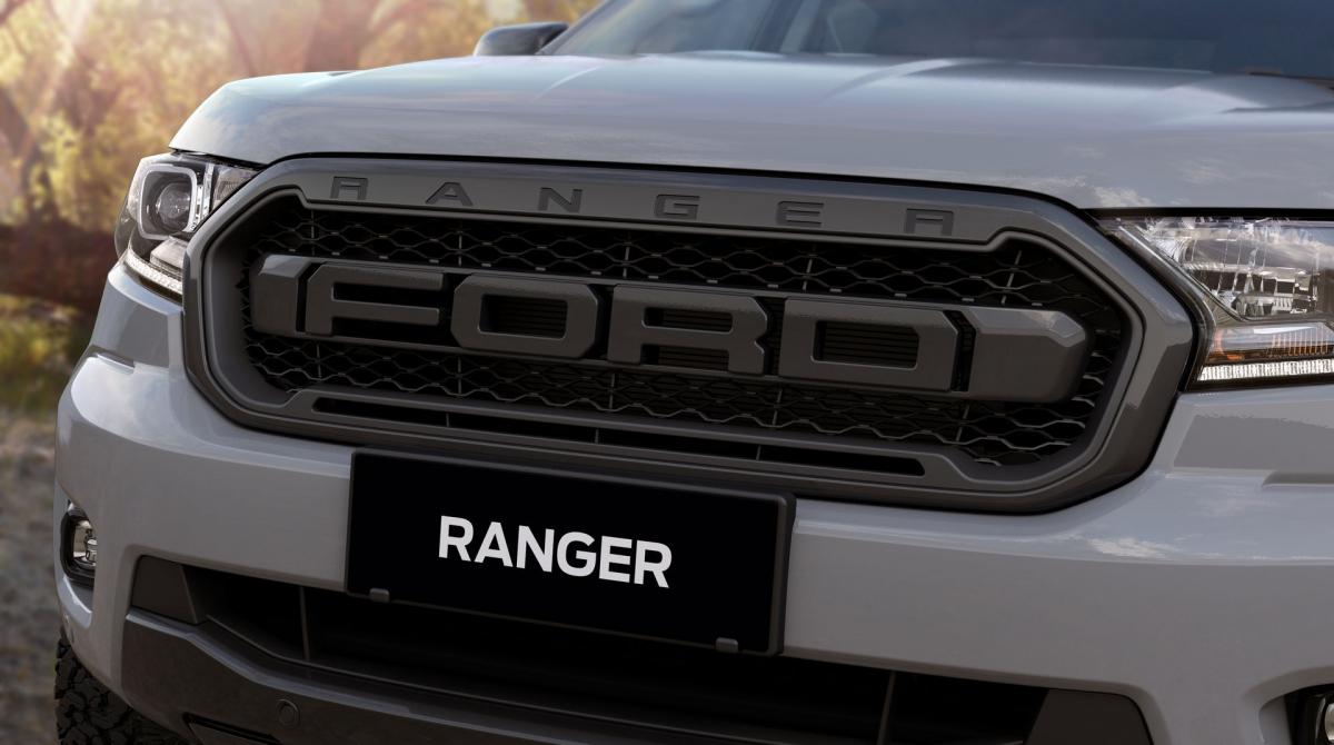 Ranger FX4 MAX sở hữu lưới tản nhiệt với logo Ford cỡ lớn, nhiều chi tiết được sơn màu xám đậm như nắp gương, tay nắm cửa, chắn bùn, tấm hãm tốc độ.