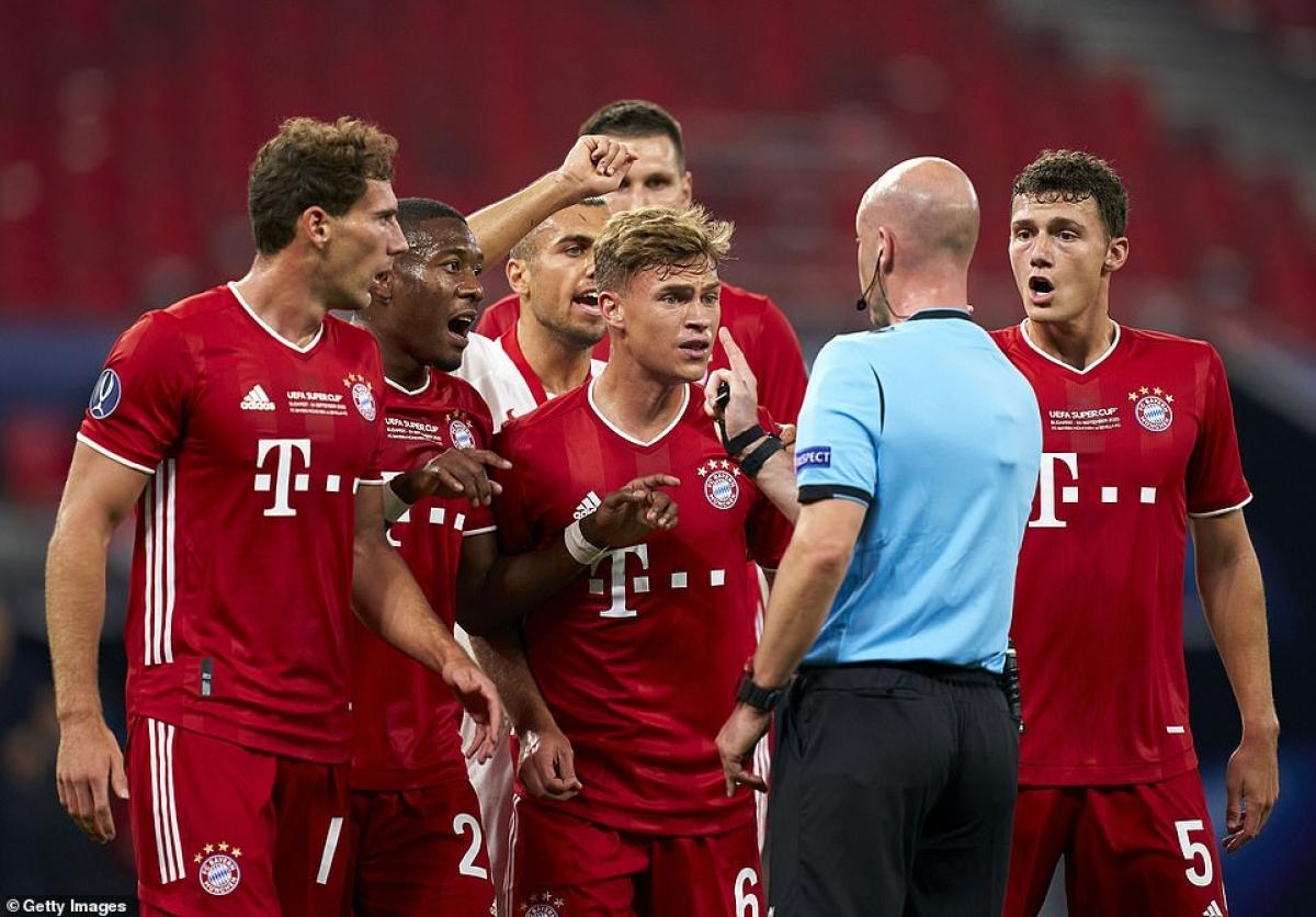 Bayern có khởi đầu không thuận lợi khi Alaba đốn ngã Rakitic trong vòng cấm, gây ra quả phạt đền ở phút 13.