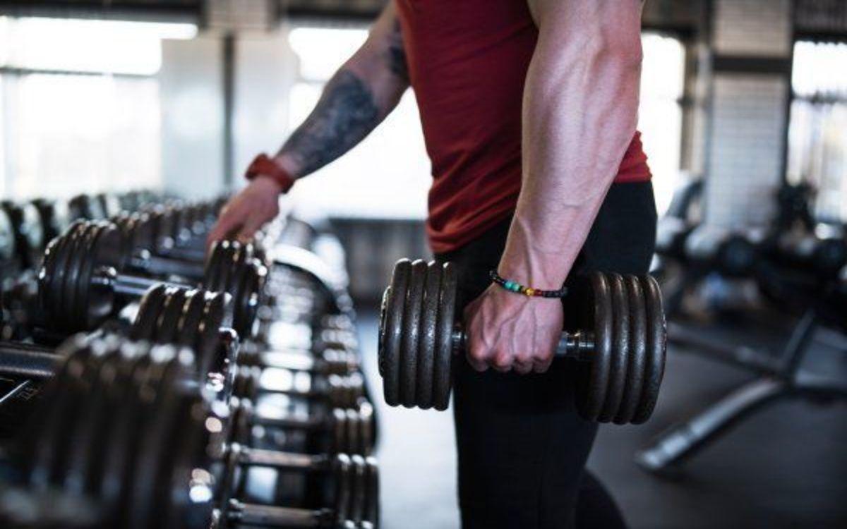 Khối lượng cơ: Nam giới có xu hướng có nhiều mô cơ nạc hơn phụ nữ giúp đốt cháy nhiều calo hơn.
