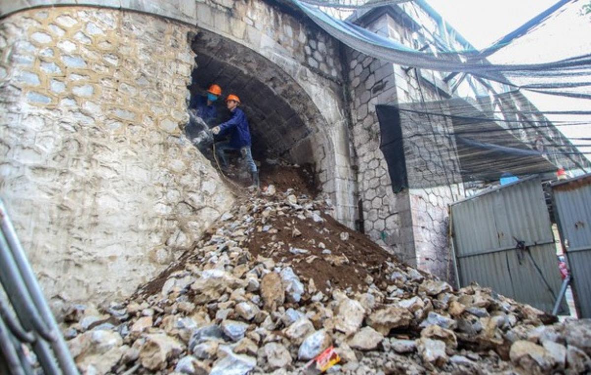 Dự án thí điểm đập thông 5 vòm cầu nằm trong đề án được UBND quận Hoàn Kiếm xây dựng và được UBND TP Hà Nội đồng ý về chủ trương từ năm 2018, nhưng phải sau 3 năm mới chính thức được triển khai thực hiện (Ảnh: baodautu)
